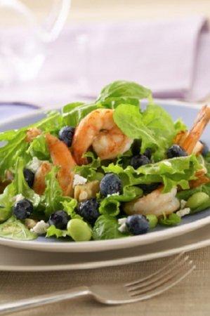 Салат с раковыми шейками и виноградом