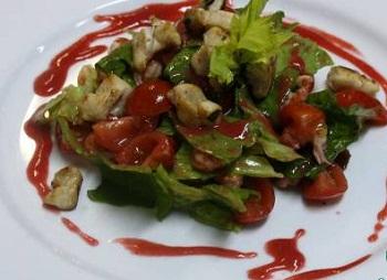 Салат с раковыми шейками и крольчатиной под малиновым соусом