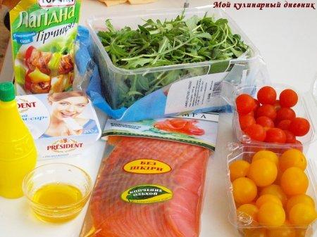Салат с рулетами из лосося