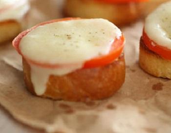 Быстрая брускетта с помидорами и сыром