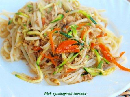 Жареная лапша со свининой и овощами