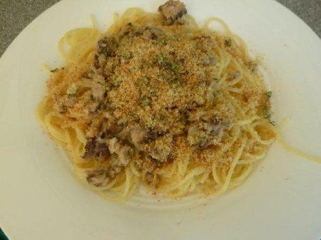 Спагетти с сардинами и сухариками