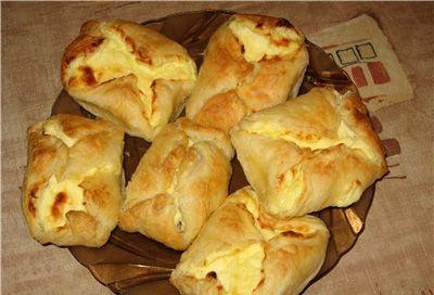 Бутерброд из слоеного теста со шпротами