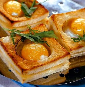 Горячий бутерброд с яичницей внутри