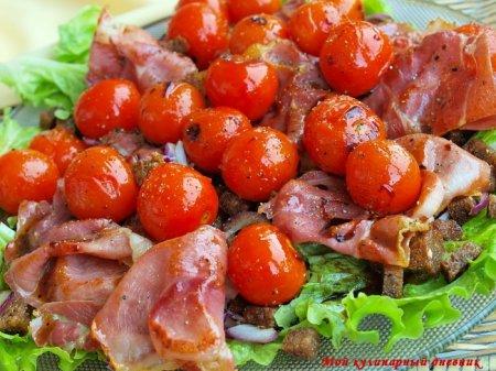 Салат с хамоном, ржаными гренками и черри