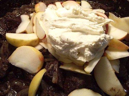 Печень с яблоками под сметаной