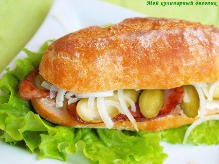 Сендвичи с домашней колбасой и маринованными огурчиками