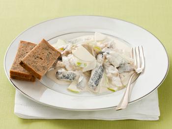 Простой салат из сельди со сметанным соусом