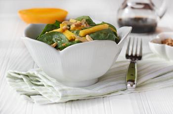 Салат с прошутто, манго и шпинатом