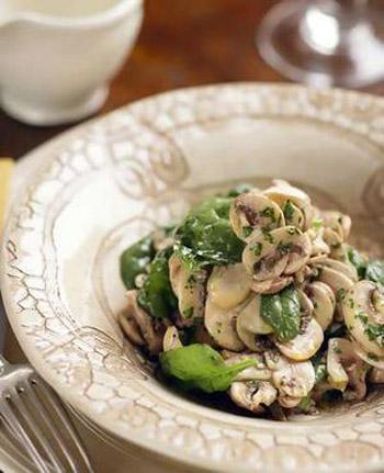 Салат из маринованных грибов со сметанным соусом