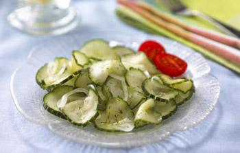 Салат и соленых огурцов