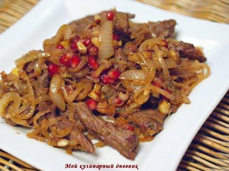 Теплый луковый салат с мясом и орехами