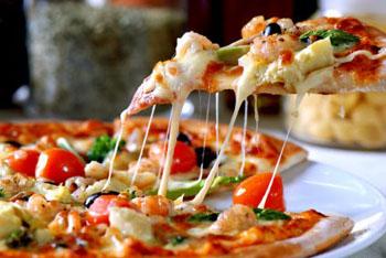 Вкусная пицца с колбасой и грибами