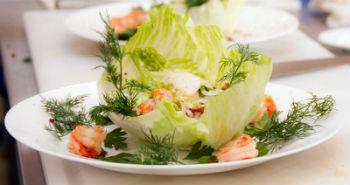 Итальянский салат с креветками и сливочным соусом