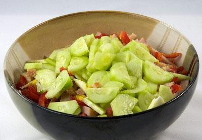 Салат на скорую руку из свежих овощей и ветчины