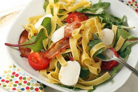 Салат с макаронами, беконом и сыром
