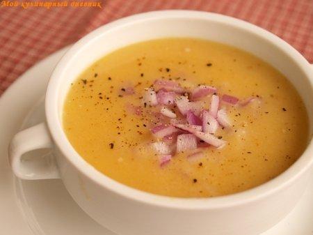 Греческий гороховый суп с красным луком и лимоном