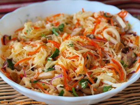 Зимний салат из кальмаров с квашеной капустой