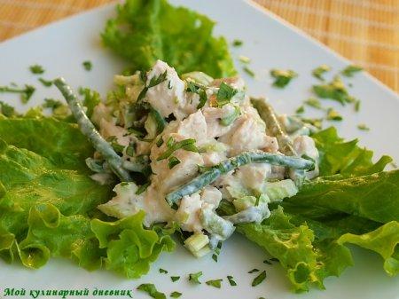 Куриный салат с заправкой из йогурта и тахини