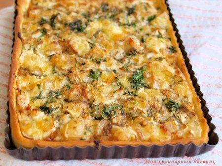 Пирог с курицей, жареным луком и сыром бри