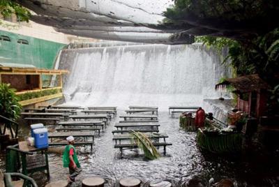 Ресторан с водопадом на Филиппинах