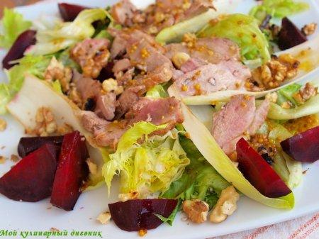 Теплый салат из утиной грудки и свеклы