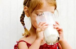 Обезжиренное молоко приводит к ожирению детей — ученые
