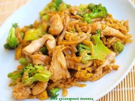 Рисовая лапша с курицей и брокколи (Pad See-Ew)