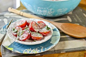 Салат из помидоров черри с пахтой и базиликом