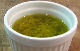 Постная заправка с зеленью для салатов