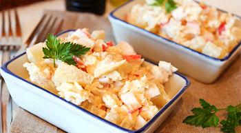 Салат с ананасом, сыром и крабовыми палочками