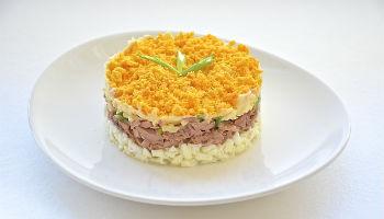 """Салат """"Мимоза"""" с печенью трески и пармезаном"""