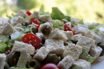 Греческий салат с кунжутом и овощами