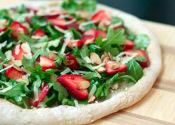 Клубничная пицца с козьим сыром и рукколой