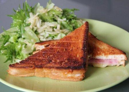 Croque-monsieur с салатом из зеленого яблока к завтраку