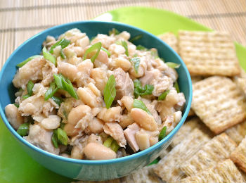 Салат с белой фасолью и курицей