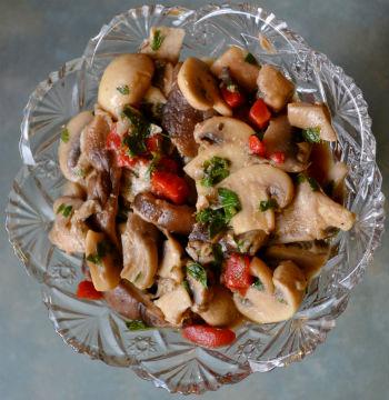 Быстрый и легкий салат с курицей, грибами и сыром