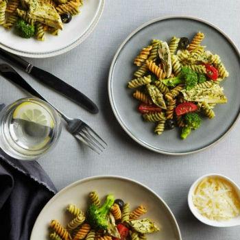 Салат с курицей, брокколи и песто