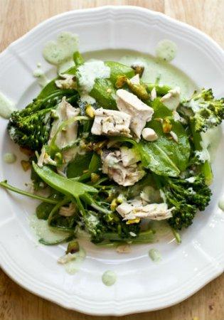 Салат с курицей, брокколи и фисташками