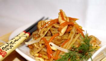 Китайский салат с курицей и лапшой