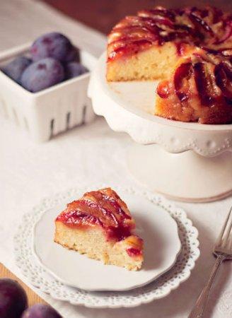 Пирог с глазированными сливами
