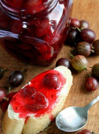 Варенье из красного крыжовника с вишневыми листьями