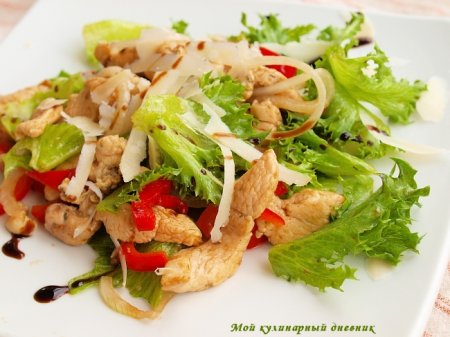 Салат из куриного филе, рукколы и сладкого перца