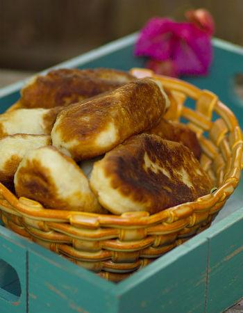 Жареные пирожки с клубникой