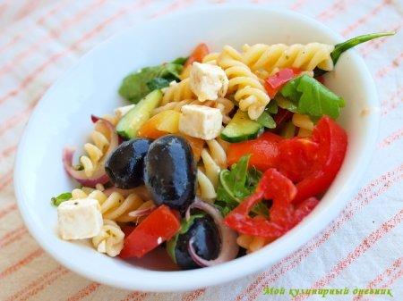 Салат из пасты с маслинами, помидорами и фетой