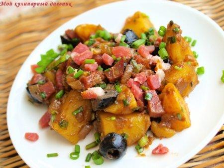 Картофельный салат с маслинами и ветчиной в пряной заправке