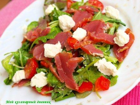 Зеленый салат с сыровяленым мясом и творожным сыром