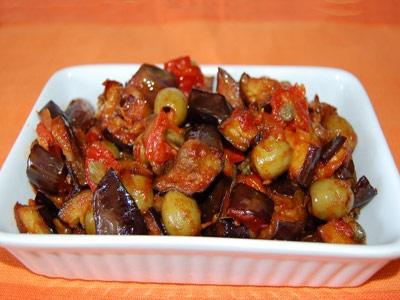 Баклажаны с помидорами и оливками