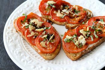 Бутерброды с сыром, чесноком и помидорами