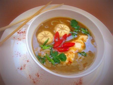 Мисо суп с курицей, грибами и рисовой лапшой